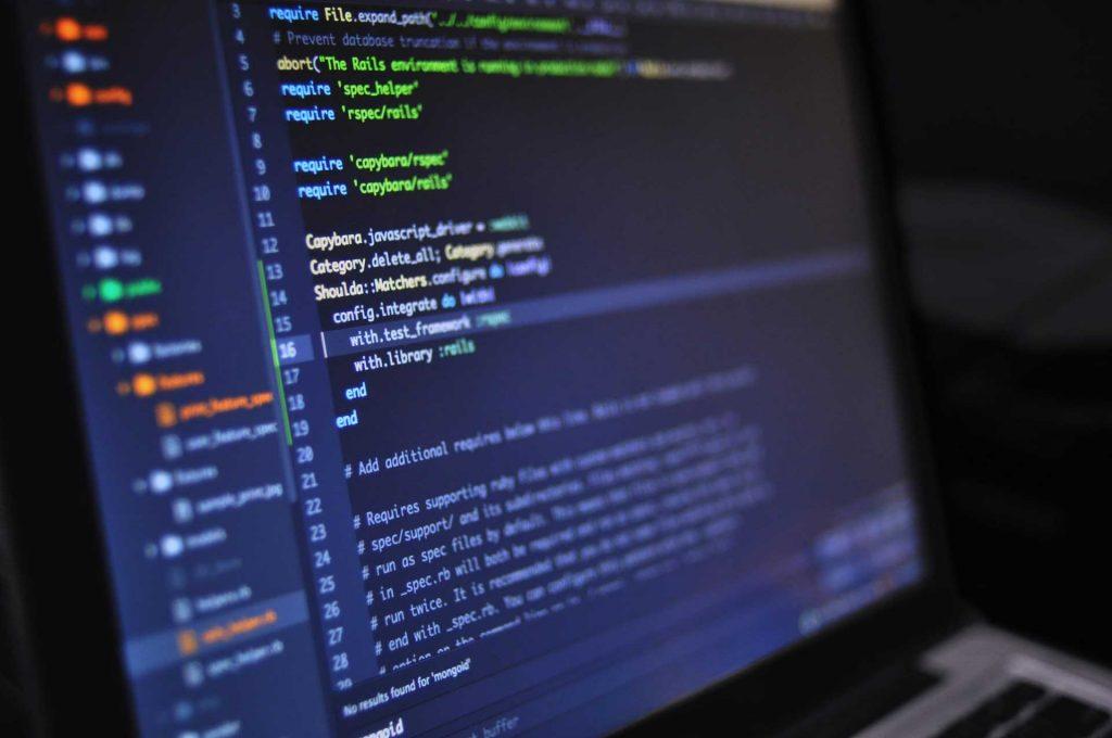 Programkód szép színes betűkkel írva sötét hátterű kódszerkesztőben.