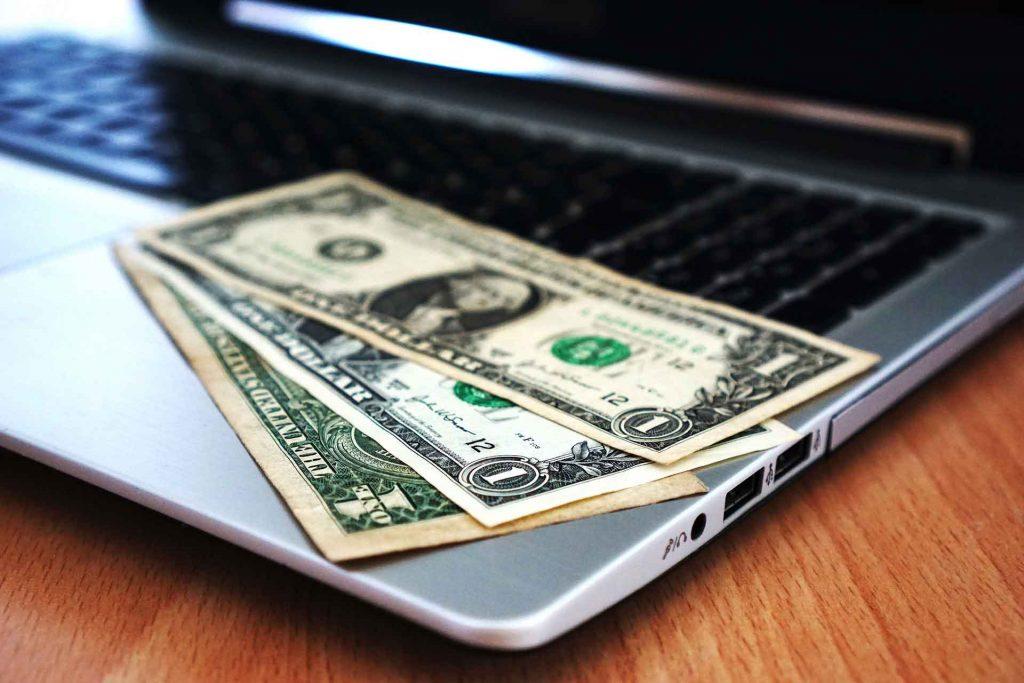 Pénz van a laptop tetején