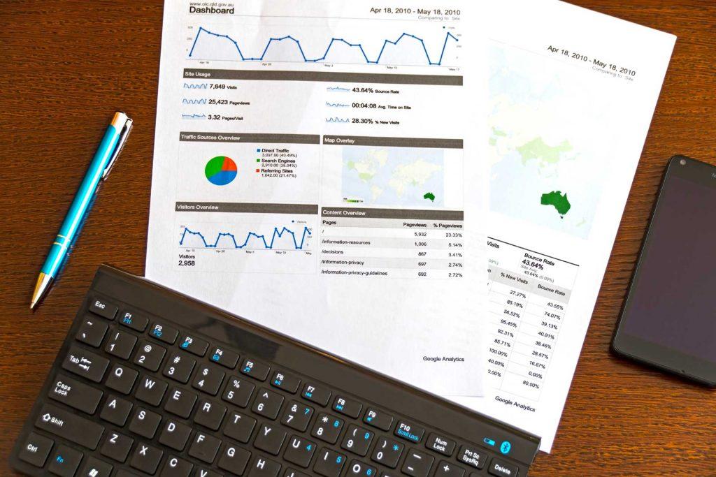 Weboldal analitika kinyomtatva egy papíron