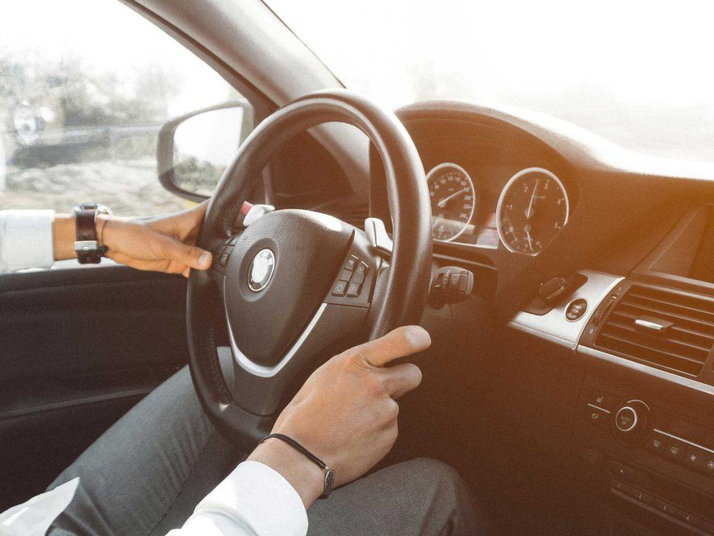 Férfi BMW-t vezet