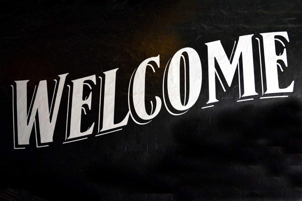 Üdvözöljük - welcome felirat