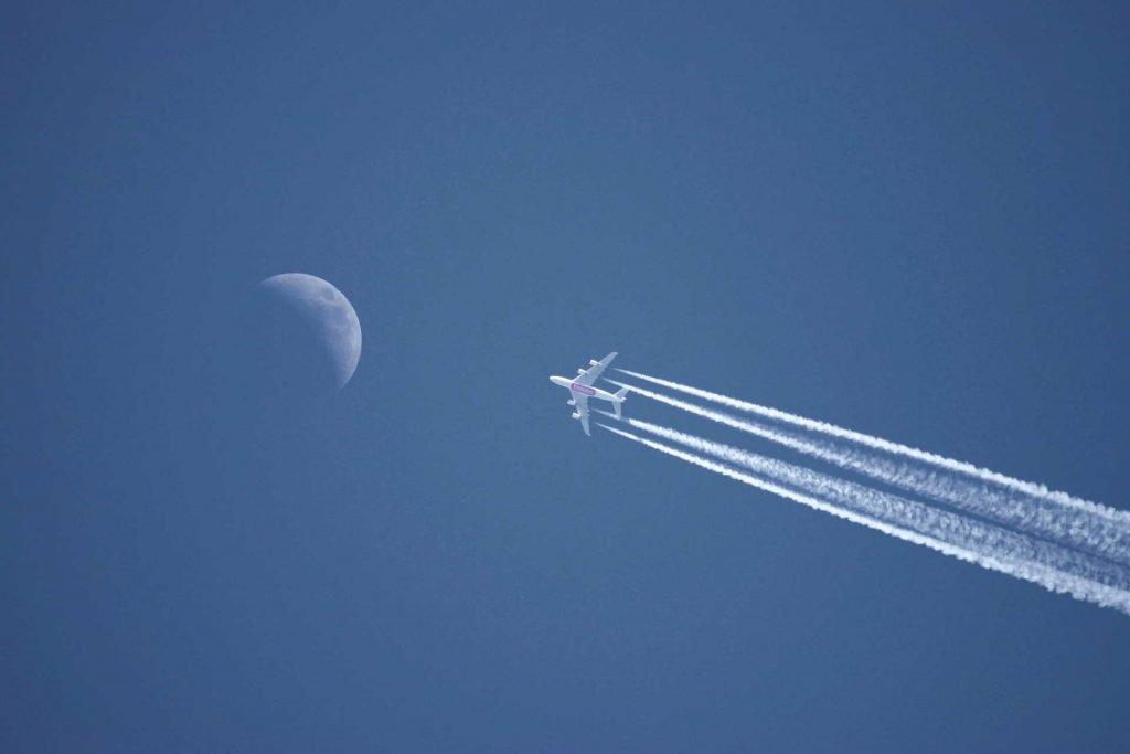 repülőgép húzza a csíkot