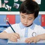 Ázsiai gyerek szépen ír