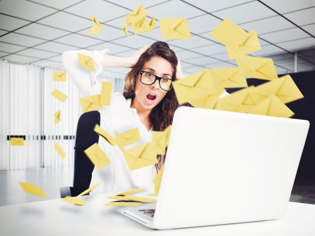 Nő laptop előtt stresszel a túl sok email miatt